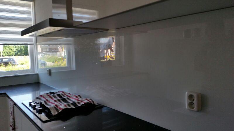 Stopcontacten In Keuken : Glazen keuken achterwand uit stuk met stopcontacten