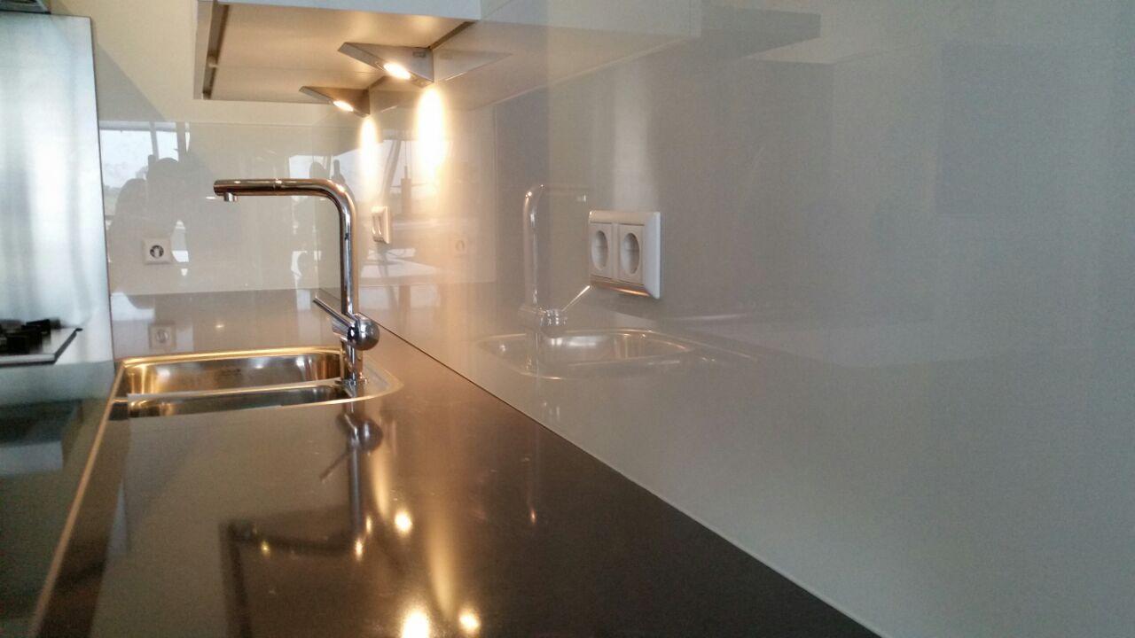 Keuken achterwand glas verkeerswit ral glasbestellen