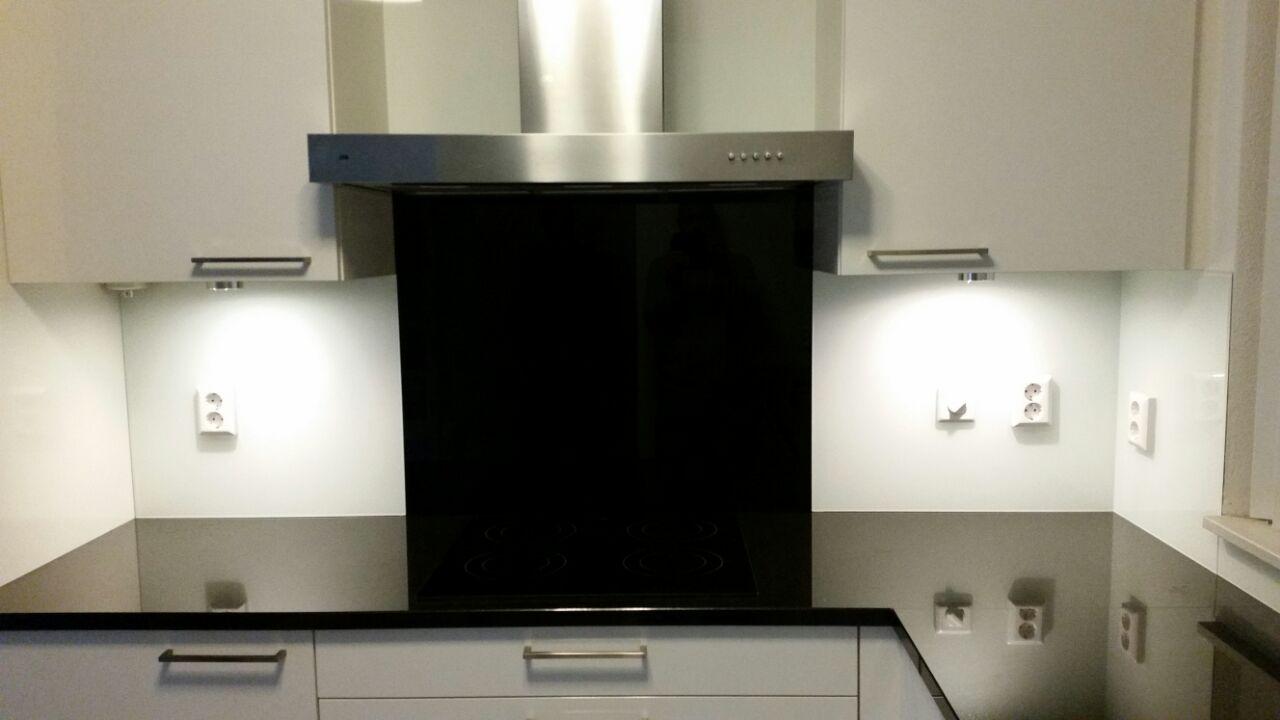 Glazen keuken achterwand wit zwart glasbestellen